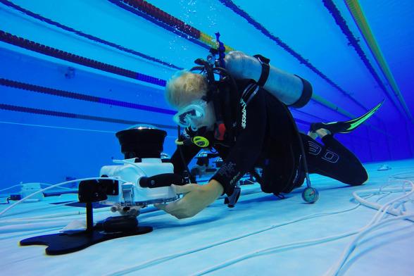 Bildbyråns fotograf Joel Marklund installerar en undervattenskamera i simbassängen inför finalpasset den 9 augusti 2016 under OS i Rio de Janeiro.