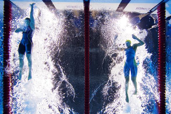 Målgången på 200m fritt. Ledecky till vänster - Sarah till höger...