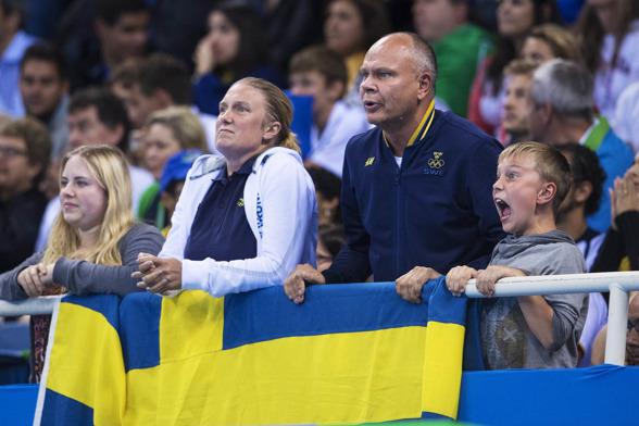 Man kan notera ett visst engagemang från Sarahs familj under finalen på 100m fritt - inte minst hos lillbrorsan...
