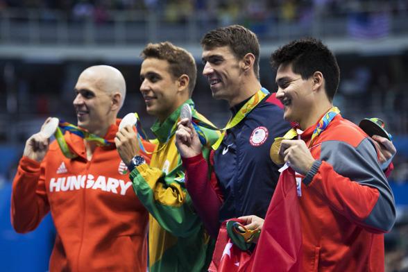 Det var överraskningarnas kväll i Rio. Tre simmare delade silvret på 100m fjärilsim men Schooling Singapore tog guldet.
