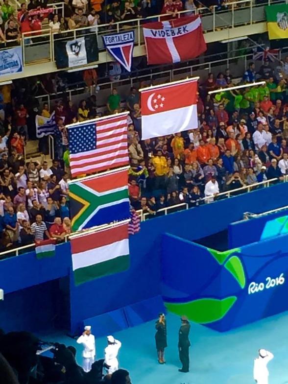 Knixigt att få ihop flaggorna efter finalen på 100m fjärilsim
