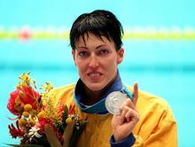Silvermedalj visas av Therese Alshammar i Sydney på OS.