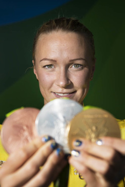 Sarah Sjöström med sin tre OS-medaljer från Rio