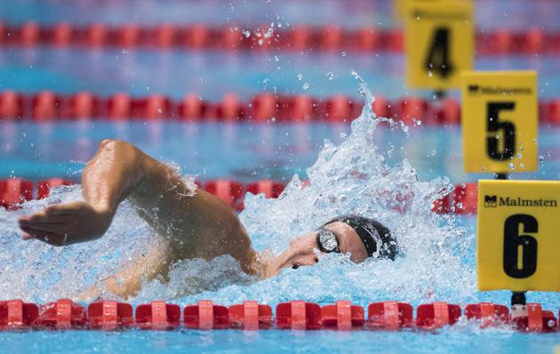 Adam Paulsson vann två grenar ikväll - 400m fritt och 200m bröstsim och simmade under VM-kvalet i bägge loppen.