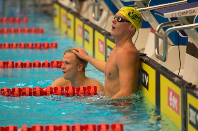 Victor Johansson får klapp på huvudet av Adam Paulsson efter 1500-rekordet