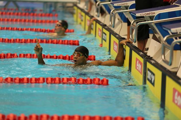 Segraren på 400m medley Simon Sjödin och tvåan Adam Paulsson