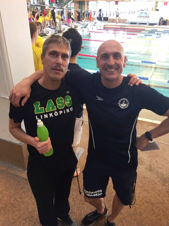 Jönköping: Rutinerade herrar som coachar yngre simmarlöften. I LASS-Linköping Anders Holmertz och i Jönköping - Joakim Holmqvist. Foto av en annan rutinerad figur - nämligen Norrköpings Ellenor Svensson