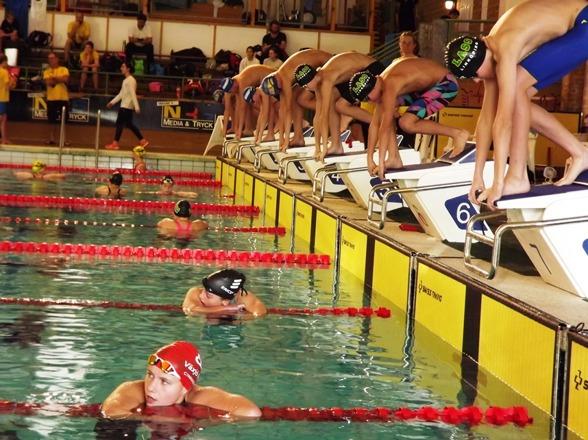 Jönköping: Start i de ynsta grabbarnas 400m fritt