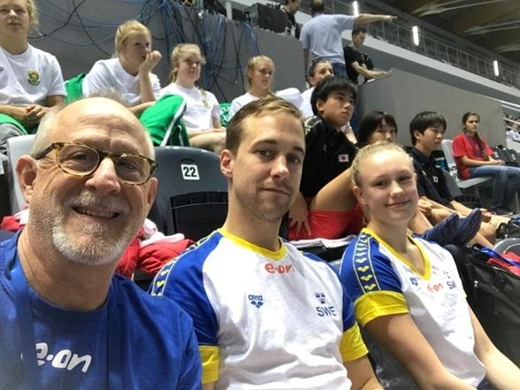 Hela svenska delegationen till Junior VM i Kazan, coach Brian Bungum, domare Love Swartz och Emma Görebrant Gullstrand.