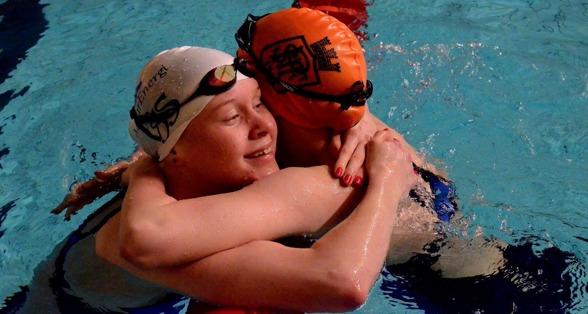 Brunzell och Wallenborg kramas efter loppet på 200m bröstsim.