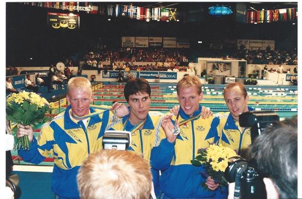 Så här såg laget ut som hade det gamla svenska rekordet på 4x200m fritt. Ett rekord som sattes i Göteborg på kortbane-VM 1997. Frv. Anders Lyrbring, Anders Holmert, Fredrik Letzler och Lasse Frölander. Tiden den gången 7.05,61. (foto: Jan-Erik Leonthin)