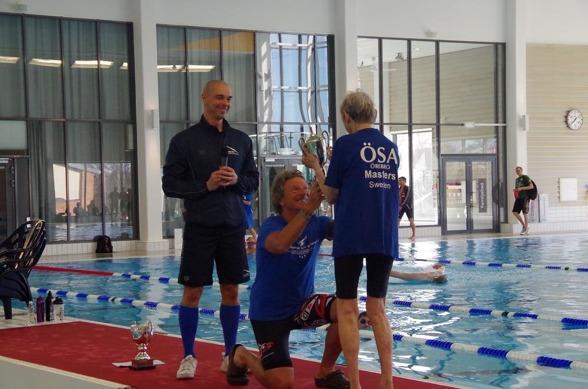 Glen Chrstiansen överlämnar priset till bästa dam - Kerstin Gjöres - nytt WR i åldersklassen 90 år