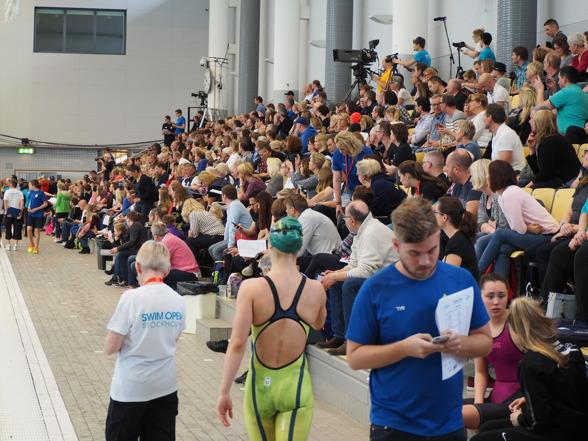 Rejält med folk redan under försökstävlingarna på Eriksdalsbadet.