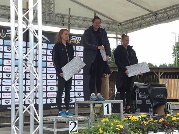 Prispallen på juniodamernas 50m ryggsim - foto: Höganäs Simsällskap