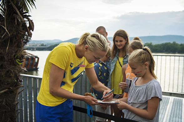 Sarah Sjäöström skriver autografer efter loppet.