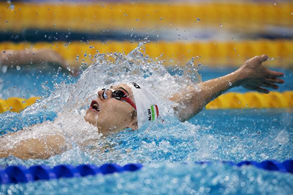 Ungerns Adam Telegdy tävlar i semifinalen på 200 meter ryggsim