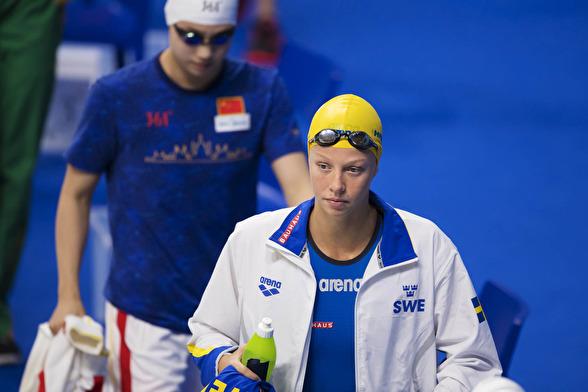 Louise Hansson på väg in på arenan för 50m fjärilsim
