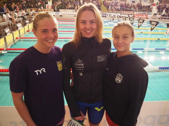 Prispallen på 100m fjärilsim damer juniorer - Mikkelsen, Junevik och Rosvall