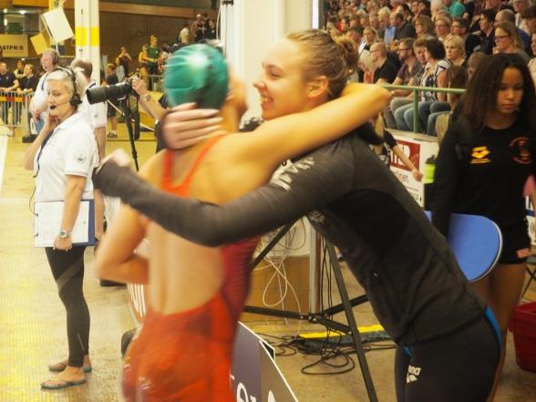 Hannah Rosvall grattas av Sara Junevik till EM-kvalet på 100m ryggsim