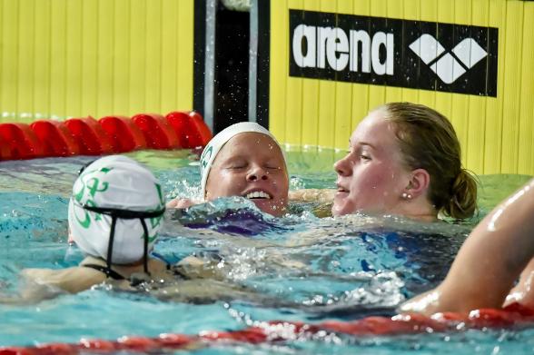 Västeråstjejerna firar trippeln på 400m medley