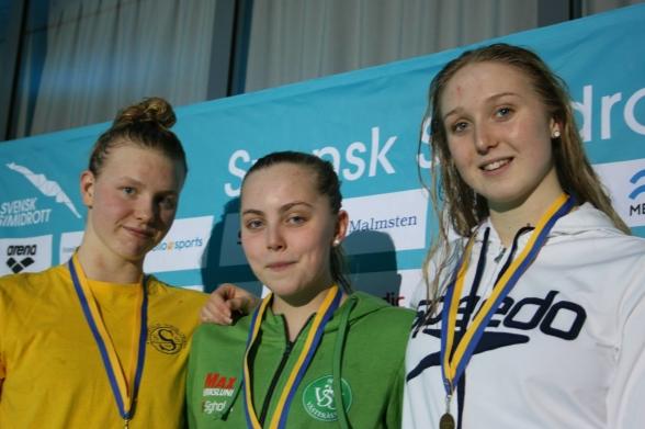 Prispallen på 200m medley Emma Sundstrand, Edith Jernstedt och Wilma Johansson
