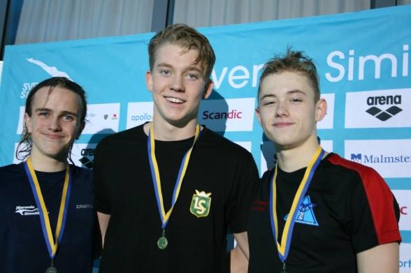 Prispallen i äldtsa grabbarnas 200m fjärilsim - Robin Björklund, Linus Kahl och Christofer Lindholm