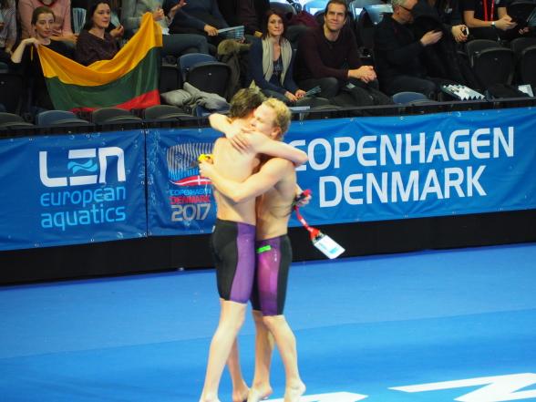 Killar kan också kramas - Henrik Christiansen och Victor Johansson efter 3 och 4 platsen på 400m fritt