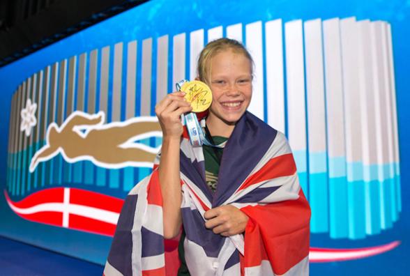 Alma Dahl, 12 år, var det som fick Adam Peatys guldmedalj efter 100m bröstsim igår. Foto: Danska Simsförbundet