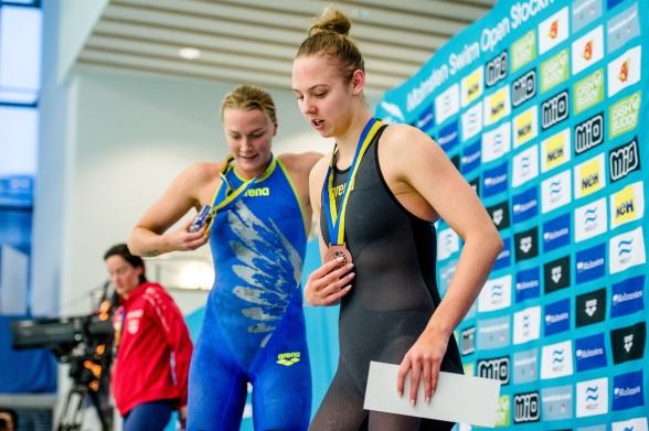 Sarah Sjöström och Sara Junevik efter finalen på 50m fjärilsim
