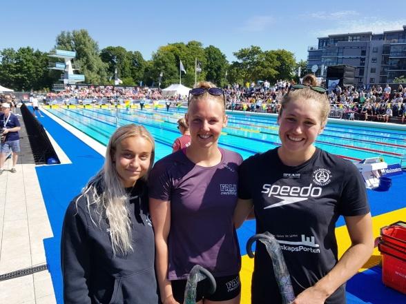 Top 3 på damernas 50m fjärilsim. Frv Hannah Rosvall Ängelholm, Sarah Junevik Falun och Ida Liljeqvist Ängelholm