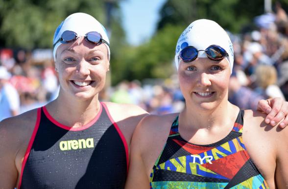 Anna Åhlin tillsammans med rekordslagaren på 400m fritt Pernilla Lindberg