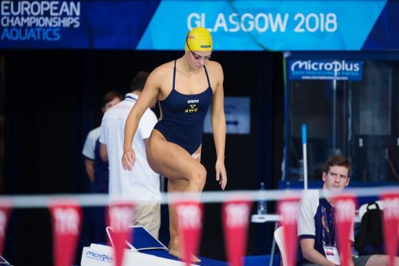 Dagen innan tävlingarna firar bröstsimmerskan Sophie Hansson sin 20 årsdag i träningsarenan i Glasgow