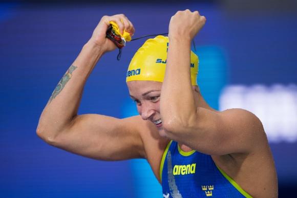 Supernöjda Sarah Sjötröm efter EM-guldet på 50m fritt ikväll