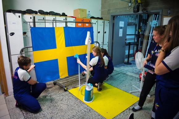 Svenska flaggan stryks innan den skall ut och hängas upp vid prisutdelningen.