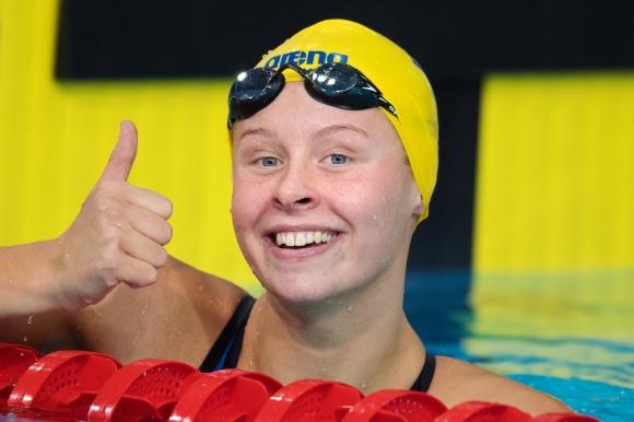 Sophie Hansson tummen upp för EM-finalen på 50m bröstsim