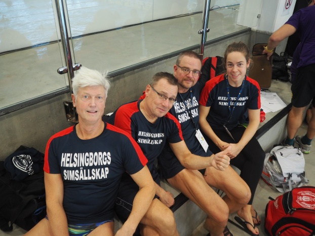 479 simmare som gölr drygt 1500 individuella starter och 179 lagstarter - träffas på Hylliebadet under fredagen och söndag. Här ett gäng simmare som inte har åkt så långt - från Helsingborg till den stora staden Malmö.
