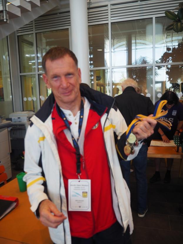 Alexander Mills fra Hamar - hämtar någa av sina medaljer.