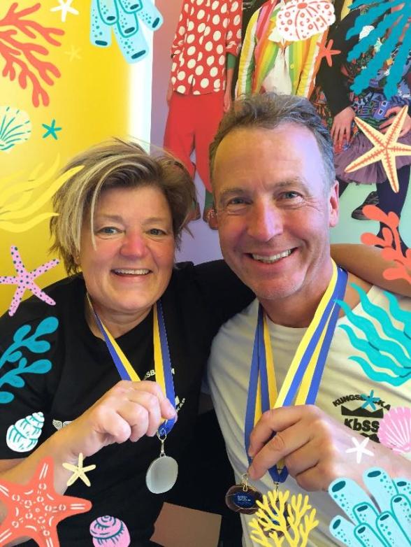 Så här glad blir man av medaljer på masters-SM - Lotta Örne och Peter Lundin från Kungsbacka!