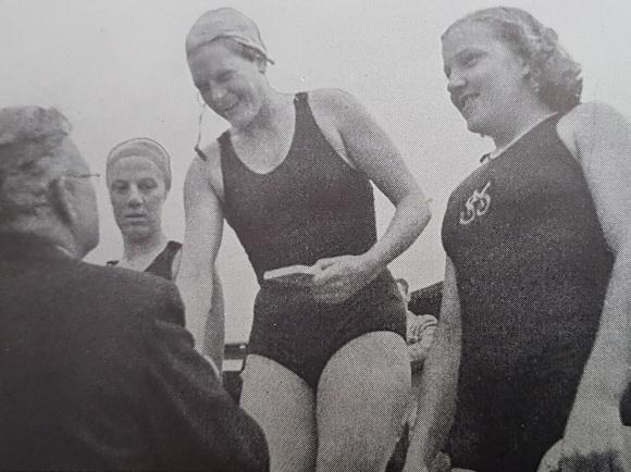1944 simmades SM också i Malmö. Den gången vanns 100m fritt av dåtidens simdrottning - Eskilstunasimmerskan Ingrid Thafvelin. Här ses hon ta emot guldmedaljen ur Erik Bergvalls hand. Om Bergvall kan sägas att han var simlärare i Malmö 1901, -03. och -04. Bland andra bemärkta uppdrag.... var att han under många år var ordförande i Svenska Simförbundet och att han var grundaren av FINA, det internationella Simförbundet vilket han också satt som ordförande i. Ingrid som vann 7 Sm-guld, satte 16 svenska rekord fick sedermera fem bar. Ett av dessa barn heter Gunilla Rasmusson (född Lundberg) och tog ett antal SM-guld och är  en avvärldens bästa Masterssimmare. För att addera historia till denna bild så gifte hon sig med OS-medaljören i Modern femkamp, tillika svensk mästaren i simning, Svante Rasmusson och dom fick bl.a en dotter som heter Cecilia och är svensk juniormästarinna i fjärilsim. En bild kan berätta...