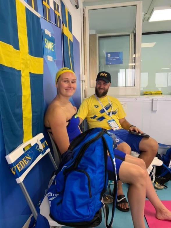 Hanna Eriksson med sin tränare Gårdström efter loppet på 200m fritt idag