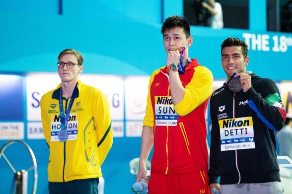 Prispallen på 400m fritt herrar. Mack Horton tv gjorde ett klart statement mot Sun Yang och ville inte stå bredvid honom i samband med medaljfotograferingen. Detta pga. kinesens tvivelaktiga agerande i samband med dopningstester...