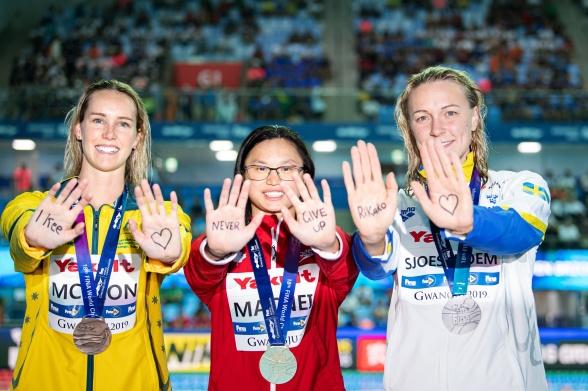 Tronskifte på 100m fjärilsim damer när Maggie MacNeil  vann 100m fjärilsim på tidernas näst bästa notering.