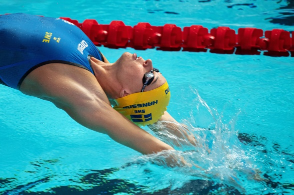 LOuise Hansson i vattnet på 50m ryggsim i morse