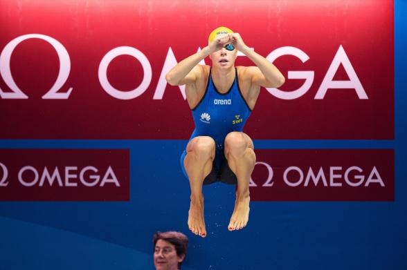 Louise Hansson kan inte bara simma 50m fjärilsim... hon hoppar högre än funktionärerna också......