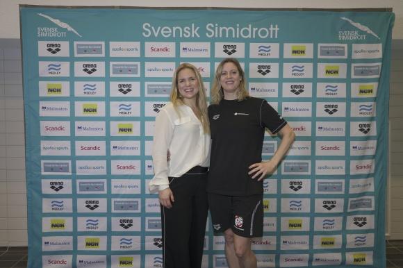 Prisutdelaren Anja Pärson med tävlingsgeneralen Camilla Johansson Sponseller