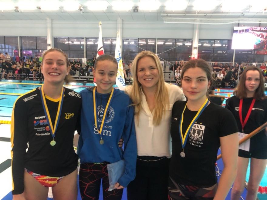 Prisutdelaren på Sum-Sim, Anja Pärson omgoven av medaljörerna på 400m fritt flickor i äldsta klassen.