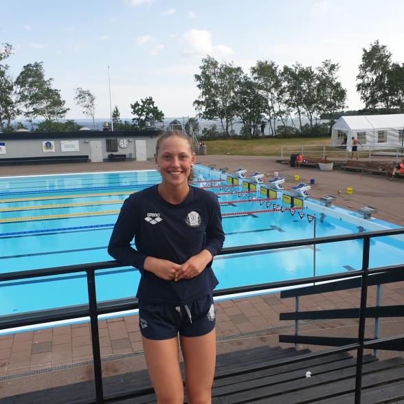 Laxens Moa Bergdahl simmade under 1.10 på 100m bröstsim och tog sig in på 11:e plats på den svenska Tjugobästalistan genom tiderna.