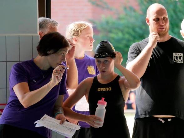 Malmö: Tränaren Maria Vitazka i snack med en simmare