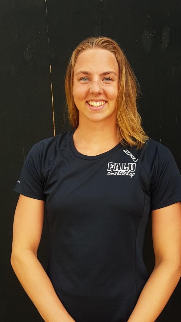 Sara Junevik simmade snabbt på  50 rygg 29.08. 6e bästa tiden genom tiderna i Sverige