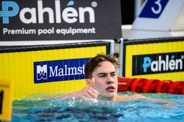 Elias Persson simmar 50m fjärilsim tillsammans med Oskar Hoff idag.